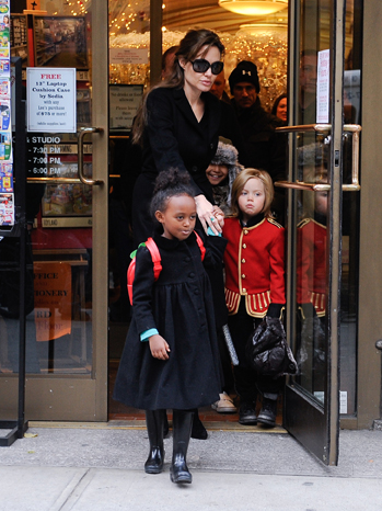 Angelina Jolie - Shopping with kids - 2010