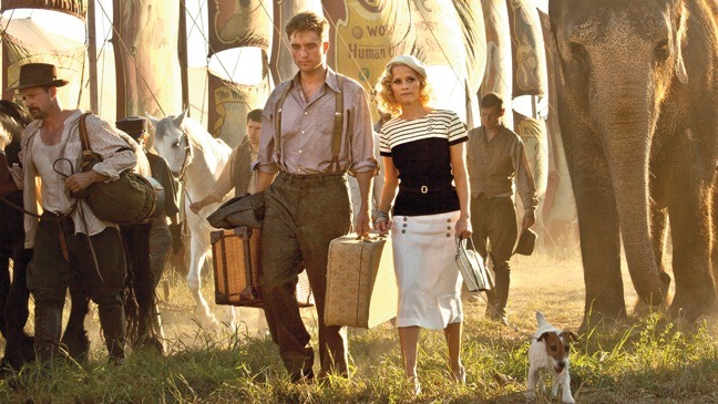 15 STY WATER FOR ELEPHANTS Robert Pattinson and Reese Witherspoon Walking Suitcases