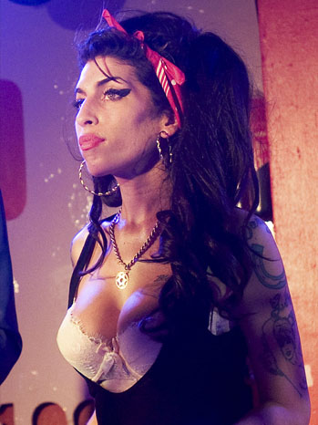 Amy Winehouse - Performs At The 100 Club - 1 - P - 2010