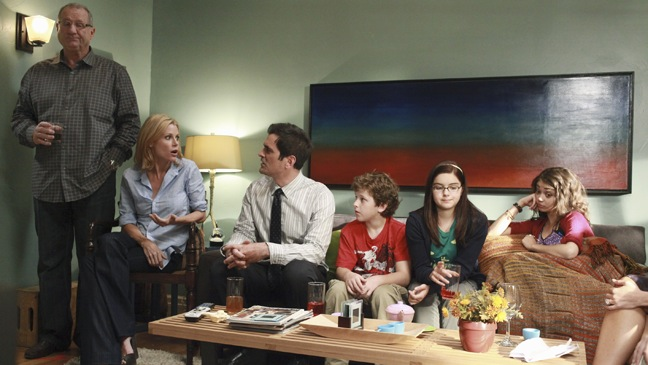 Modern Family - TV Still: Cast on couch - H - 2011