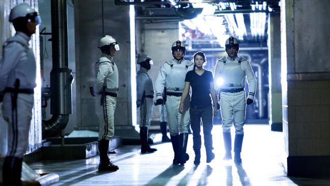 The Hunger Games Jennifer Lawrence Walking - H 2011