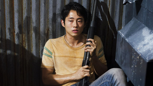 The Walking Dead EP 209 Steven Yeun with gun - H 2012
