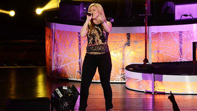 Kelly Clarkson Performing - H 2012