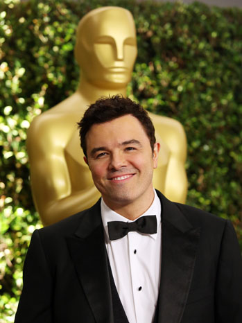 Seth Macfarlane in front of Oscar Statue - P 2013