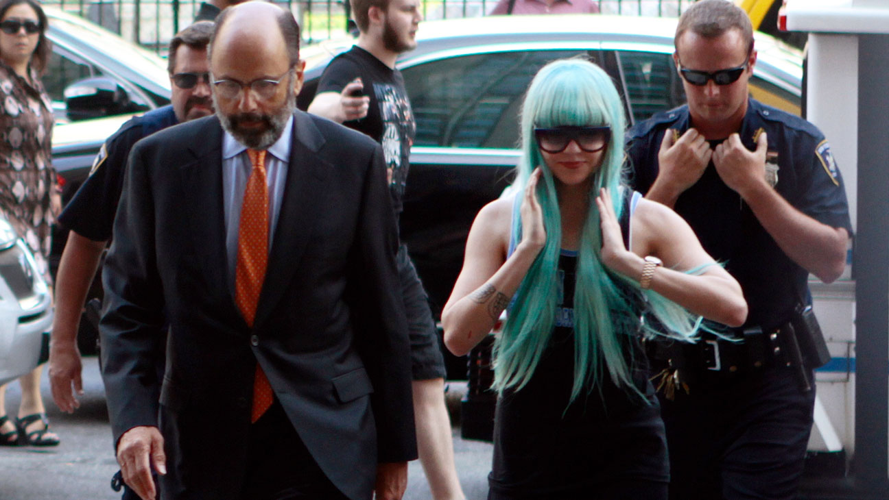 Amanda Bynes Tried To Shoplift A Hat From Barneys In NYC