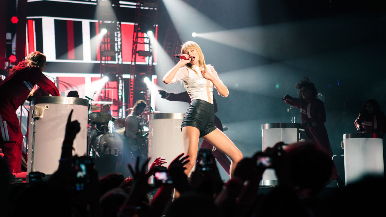 Taylor Swift Sees Red At Sold Out Staples Center Show Hollywood Reporter