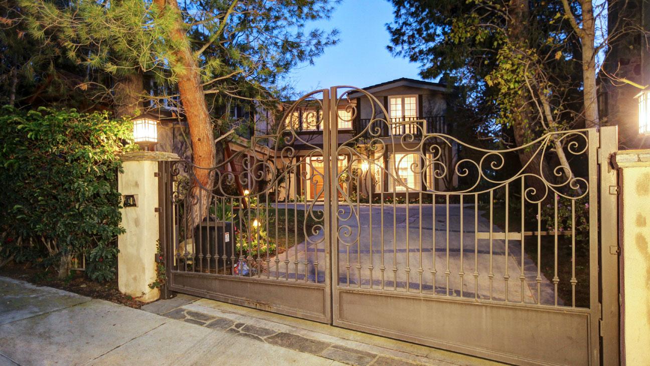 Sarah Michelle Gellar Home Exterior - H 2014