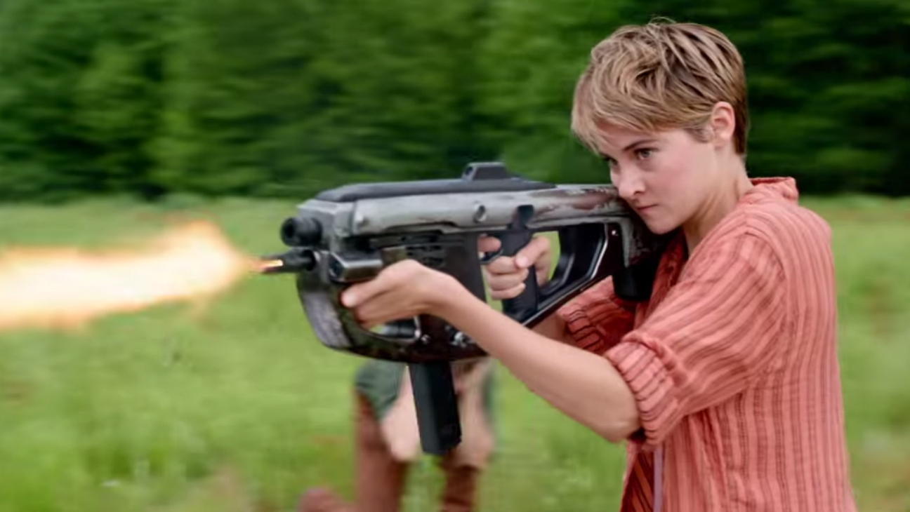 Tris Holding Gun Insurgent - H 2015