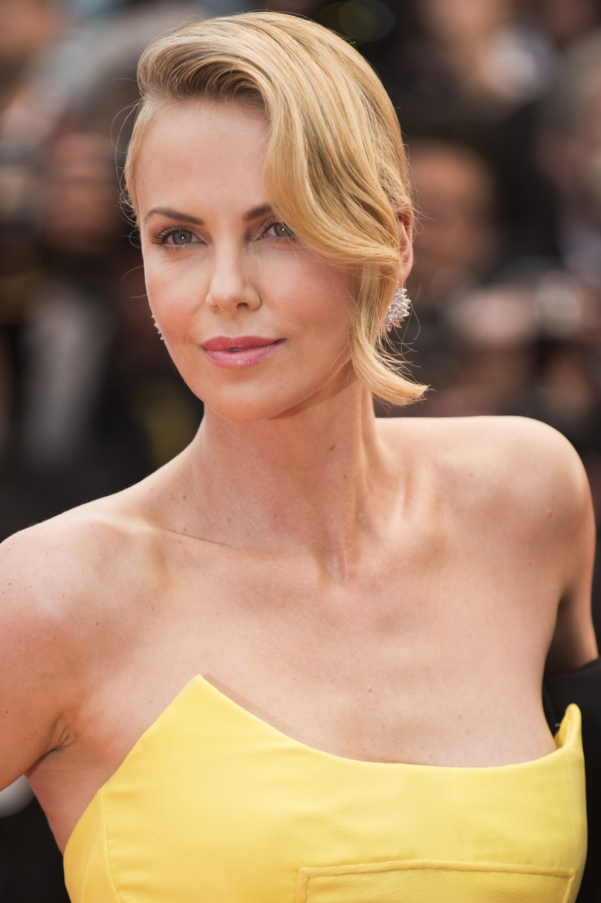 Heres How To Get Charlize Therons Movie Star Hair From