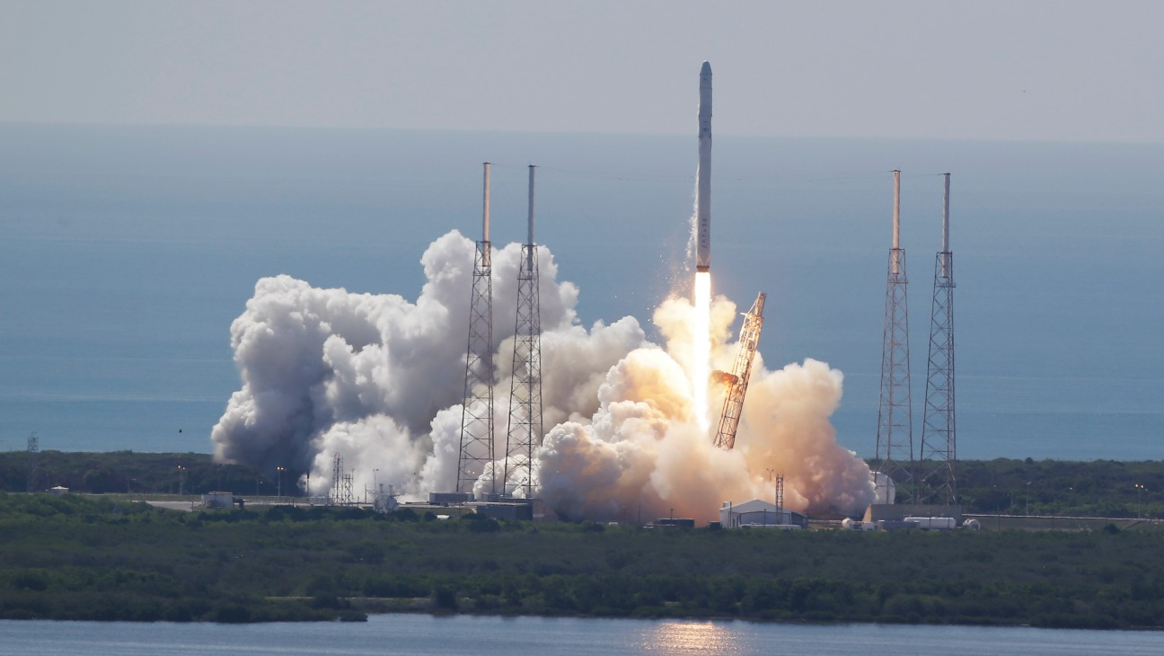 SpaceX Falcon 9 Rocket and Dragon Spacecraft - H 2015