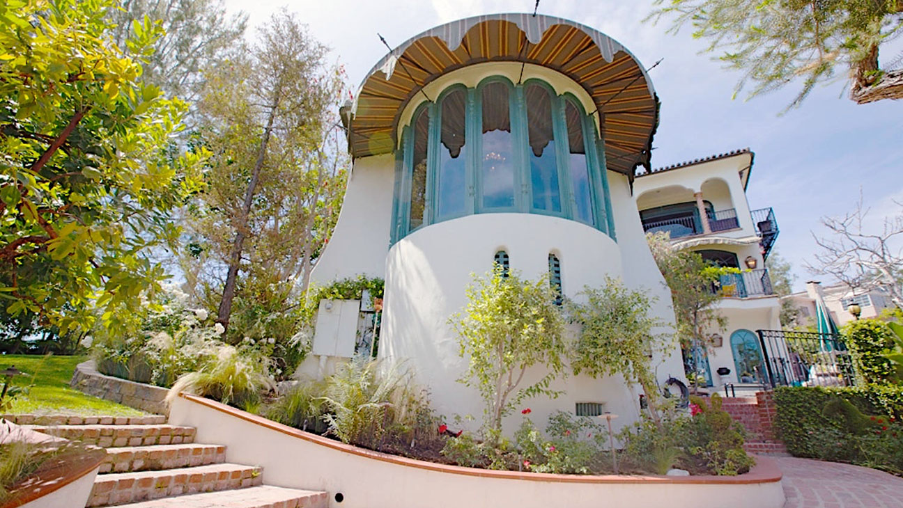 """""""Chandelier"""" chanteuse's $4.7 million home in the hills"""
