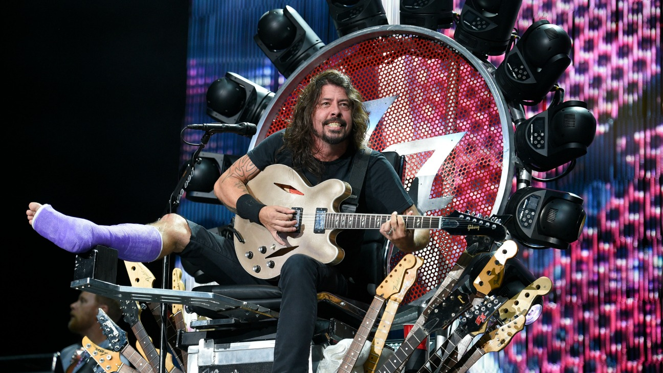Dave Grohl Foo Fighters Broken Leg - H 2015
