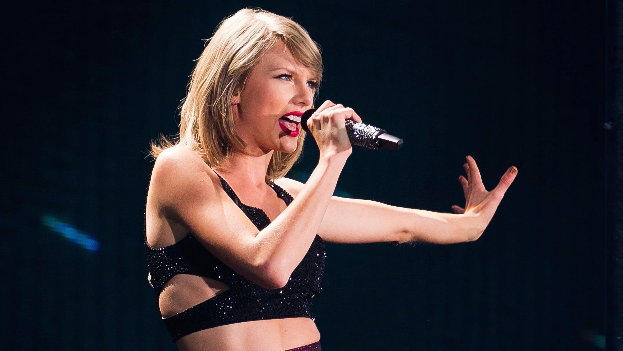 Taylor Swift Performing at MetLife Stadium - H 2015