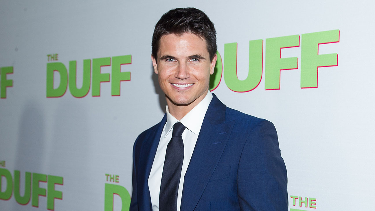 Robbie Amell - H 2015