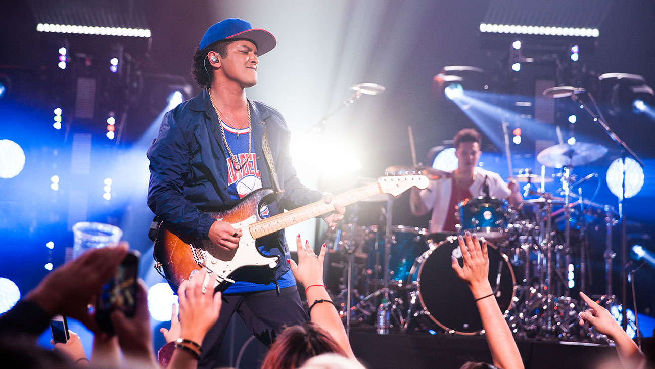 Bruno Mars Performing - H 2015