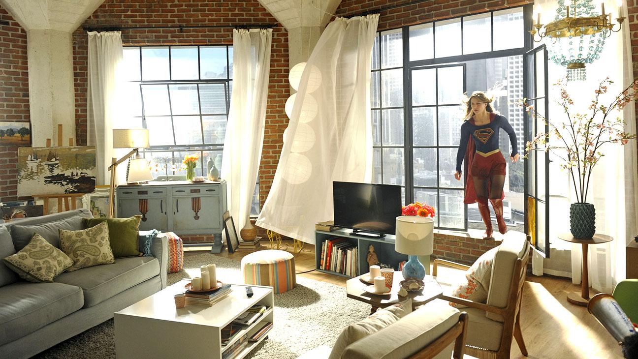 Supergirl Melissa Benoist in apartment - H 2015