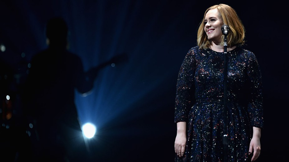Adele_wearing_Burberry_Performing - H 2016