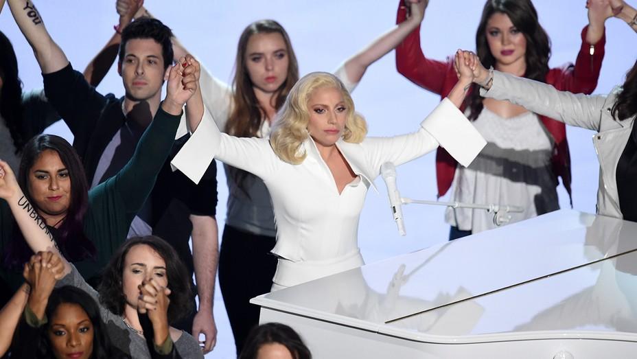 Lady Gaga hands GETTY - H 2016
