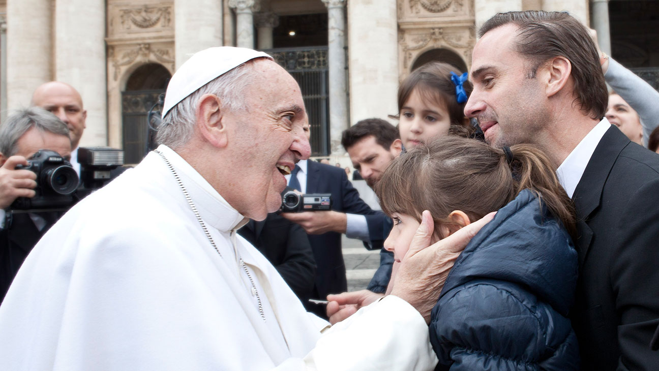 Joseph Fiennes and the Pope - H 2016