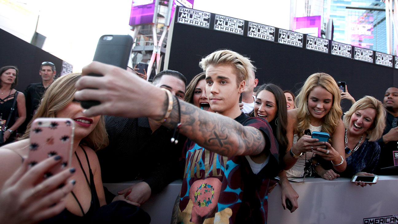 Justin Bieber takes a selfie with fans during the 2015 American Music Awards-Getty-H 2016