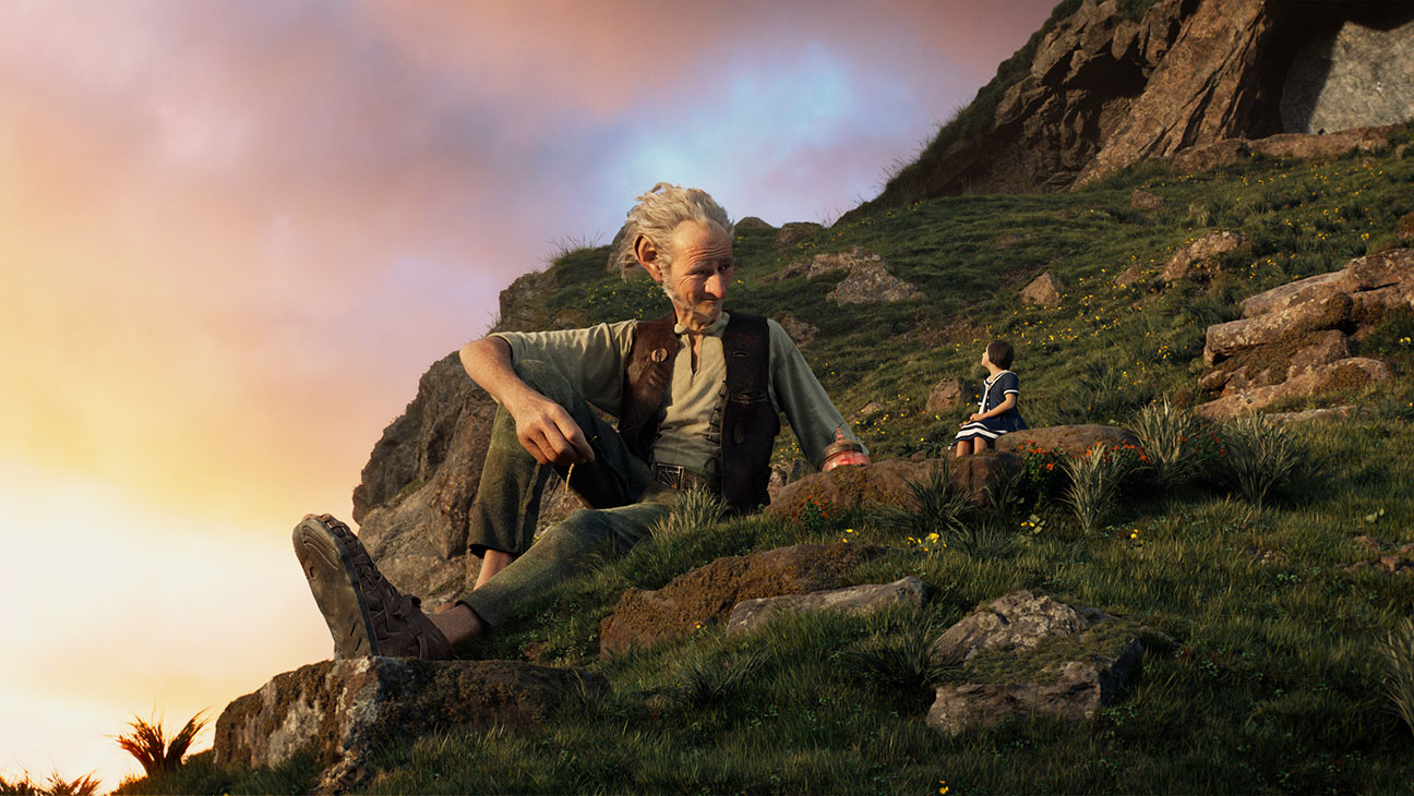 THE BFG -Still 7-Sophie (Ruby Barnhill) and the Big Friendly Giant (Mark Rylance)-H 2016