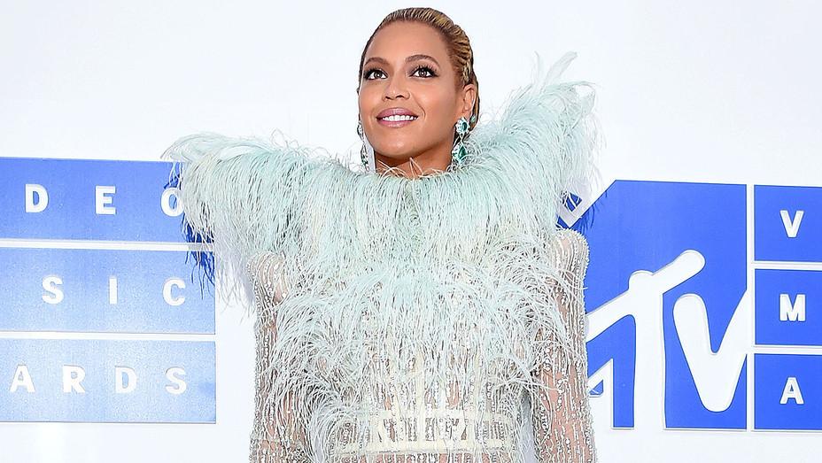 Beyonce_Dress_VMA_Getty_H_2016