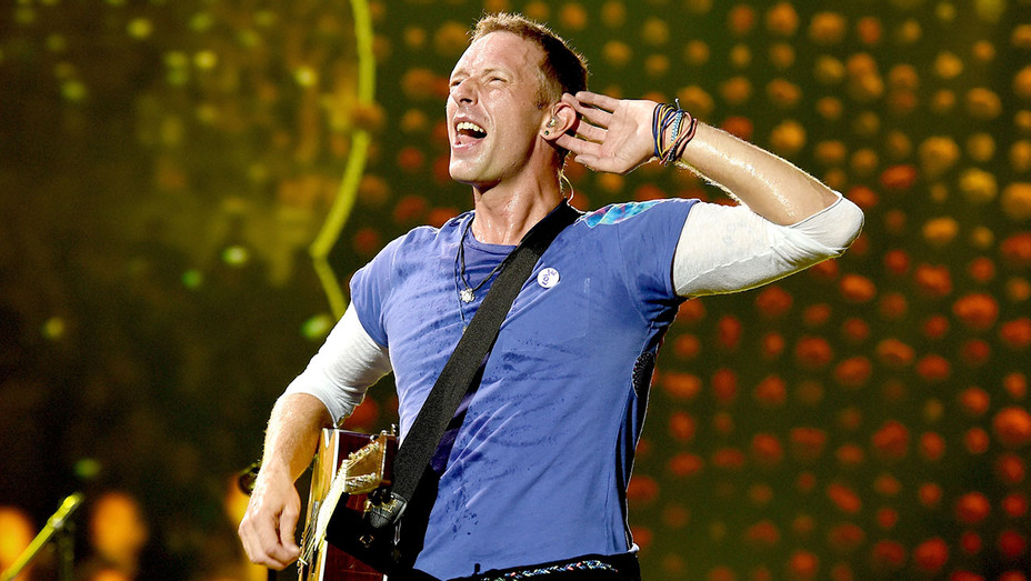 Chris_Martin_Coldplay_Rose_Bowl_H_2016