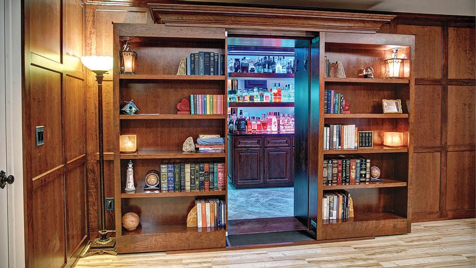Double-sliding book cases access a hidden room with a bar - Publicity - h 2016