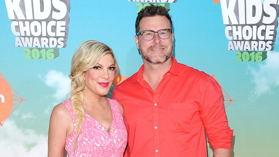 Tori Spelling and Dean McDermot - Nickelodeon's 2016 Kids' Choice Awards - Getty -H 2016