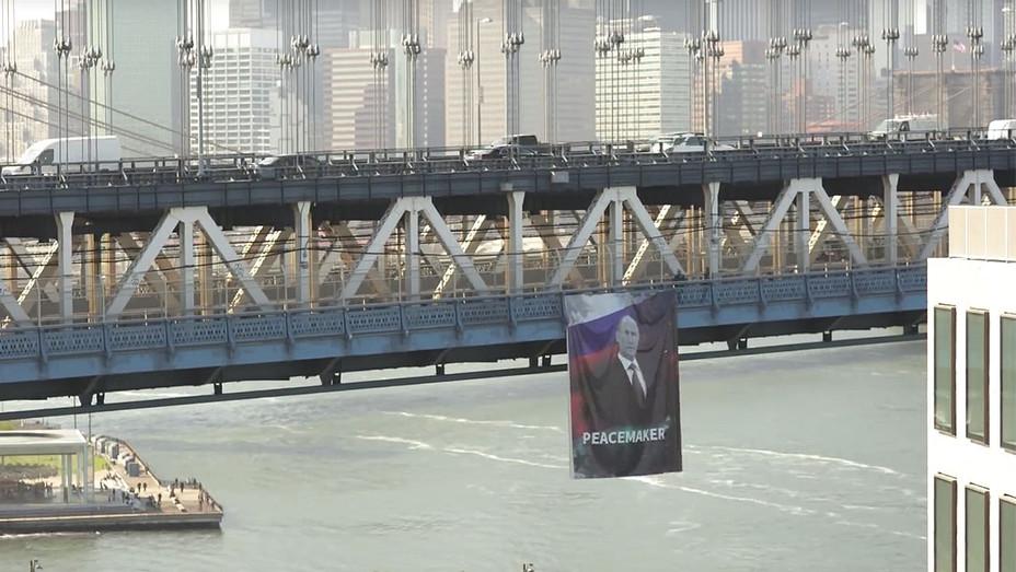 Putin banner The Manhattan Bridge -Screen shot -H 2016