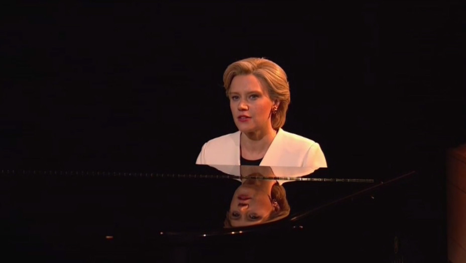 Kate McKinnon performing Hallelujah on SNL - H 2016