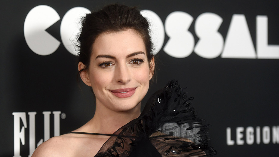 Anne Hathaway Colassal - Getty - H 2017