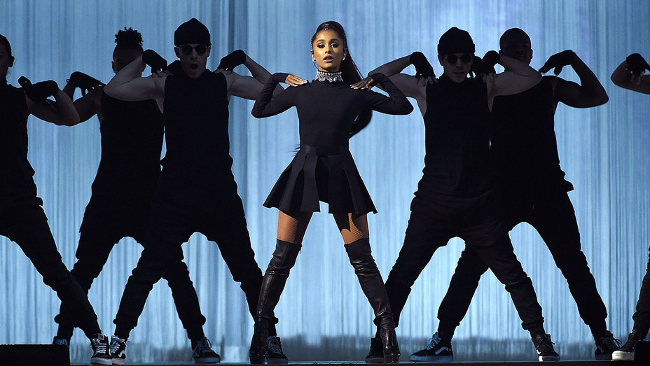 Ariana Grande_performing_2 - Getty - H 2017