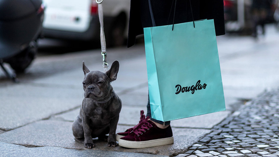 Dog and Douglas shopping bag -March 26, 2017 -Getty-H 2017