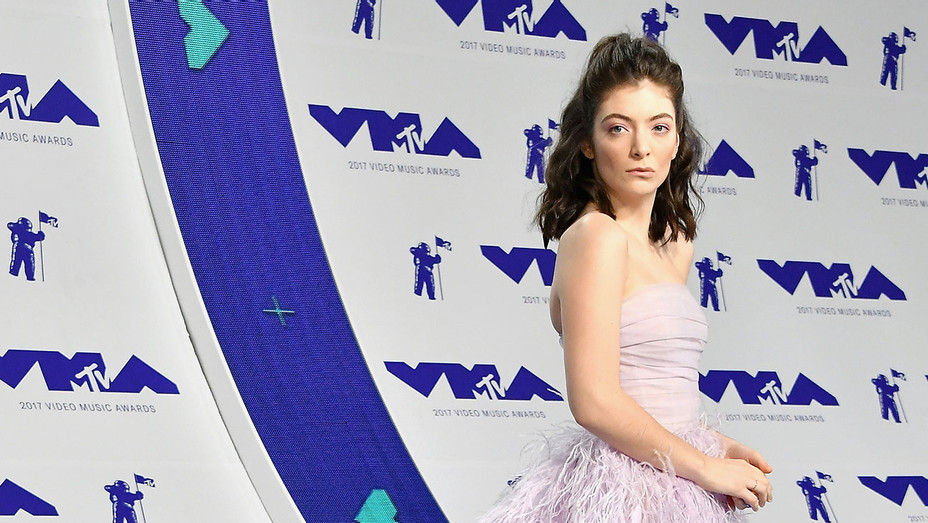 Lorde VMAs Red Carpet - Getty - H 2017