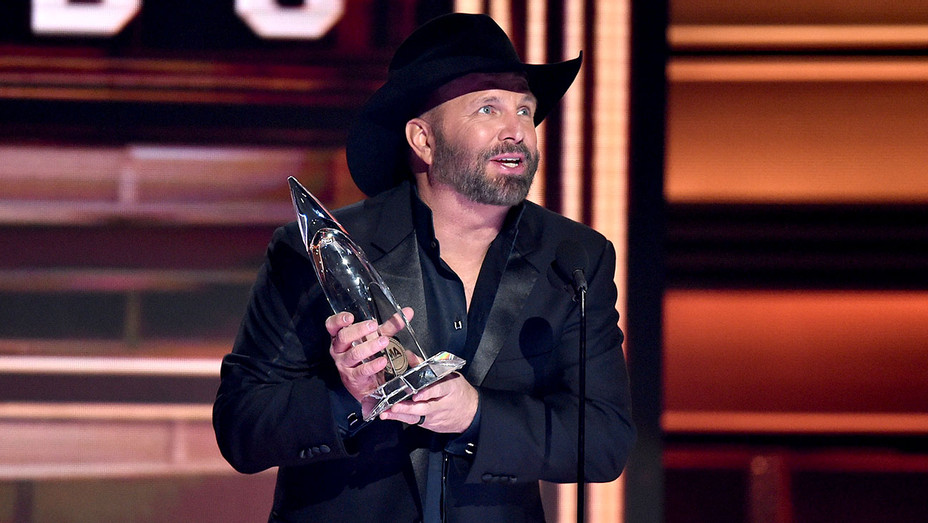 Garth Brooks wins Entertainer of the year onstage at the 51st annual CMA Awards - Getty-H 2017
