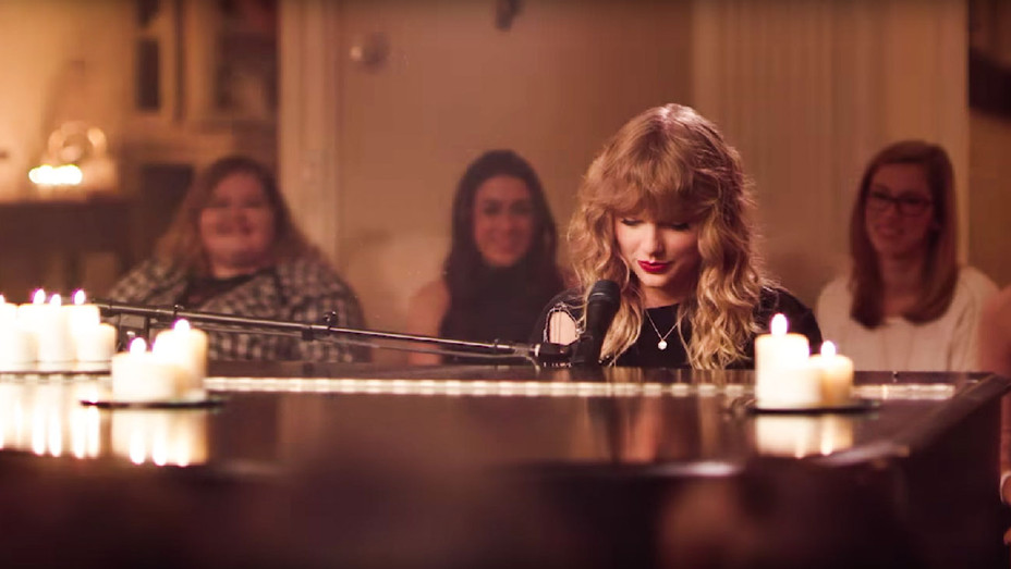 Taylor Swift Debuts New Year S Day In Intimate Performance During Scandal Hollywood Reporter