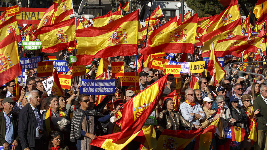 Demonstrators hold Spanish flags and placards - protest in support of Article 155 - Getty -H 2017