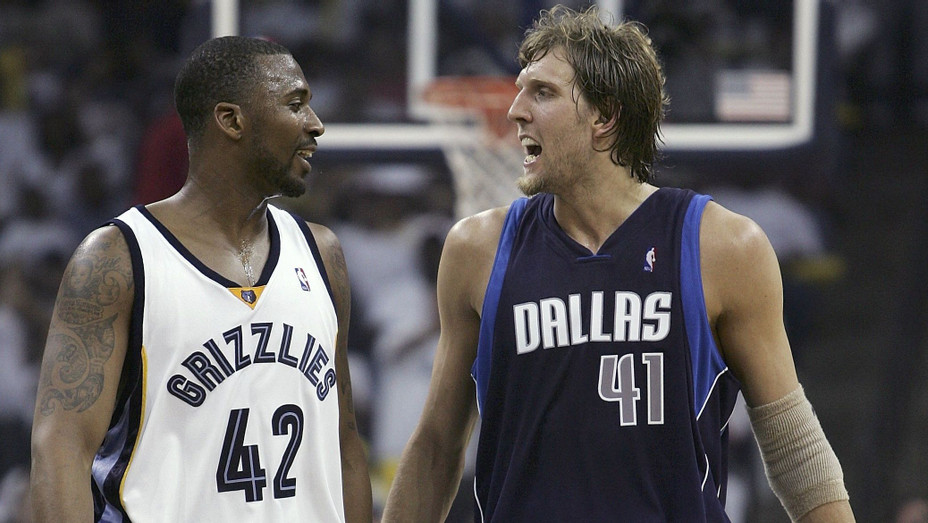 Lorenzen Wright and Dirk Nowitzki in 2006 - H Getty 2017
