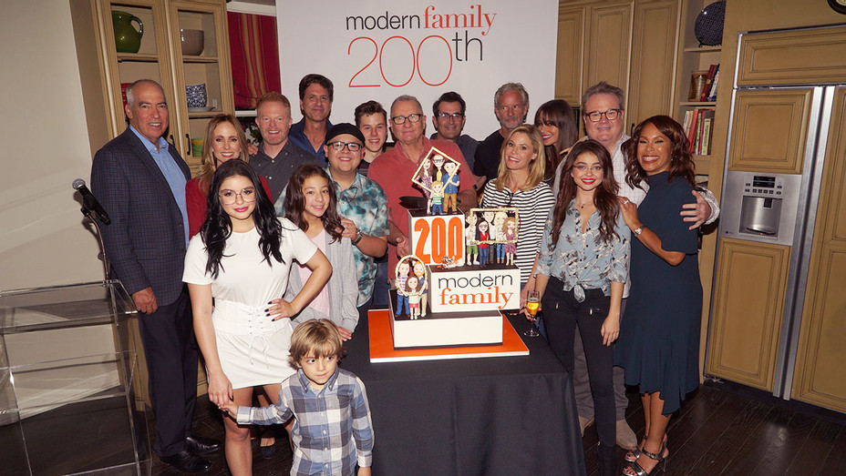 Modern Family 200th Cake Cutting - Publicity - H 2017