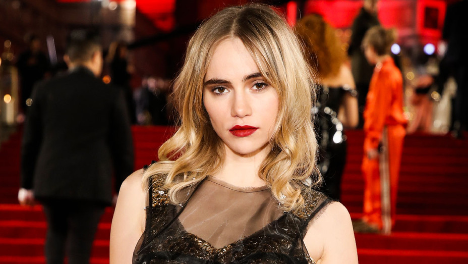 Suki Waterhouse - 2017 Fashion Awards - Getty - H 2018