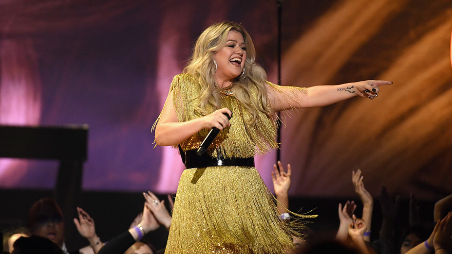 Kelly Clarkson Performs at Billboard Music Awards - H Getty 2018