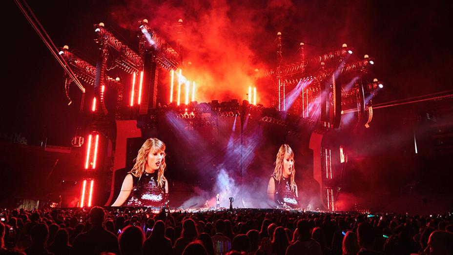 Taylor Swift Concert - Publicity - H 2018