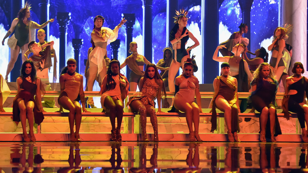 Vmas Ariana Grande Performs God Is A Woman Brings Family Onstage Hollywood Reporter