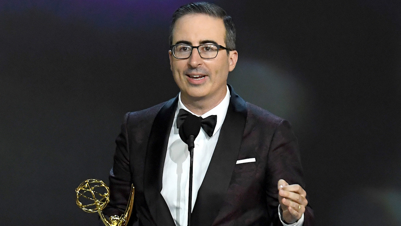 """John Oliver Thanks Glenn Weiss Girlfriend For Saying """"Yes"""" to Proposal During Acceptance Speech 