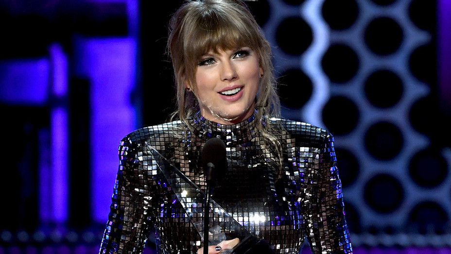 Taylor Swift Artist of the Year 2018 American Music Awards 1 - Getty - H 2018