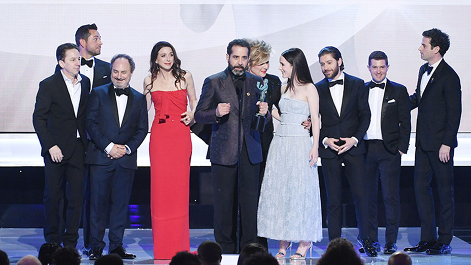 Mrs. Maisel cast accepting SAG award 2019-Getty-H 2019