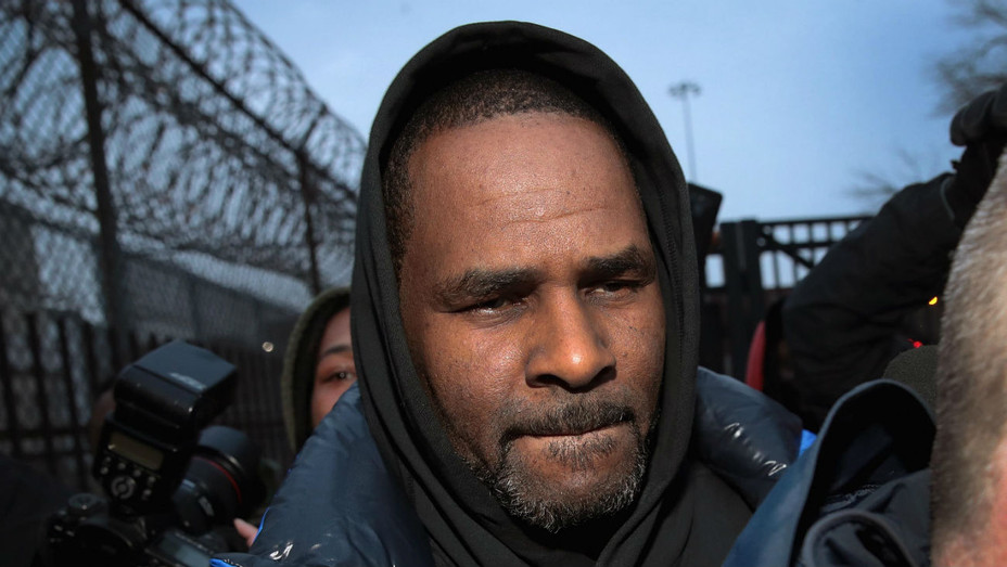 R. Kelly Leaving Jail - Getty - H 2019