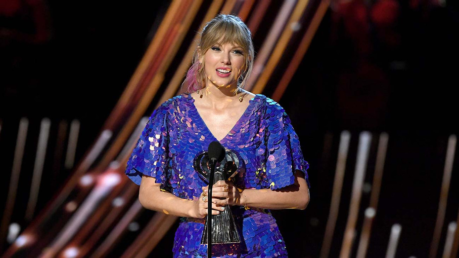 Iheart Radio Music Awards Taylor Swift Addresses Critics New Music Theories During Acceptance Speech Hollywood Reporter