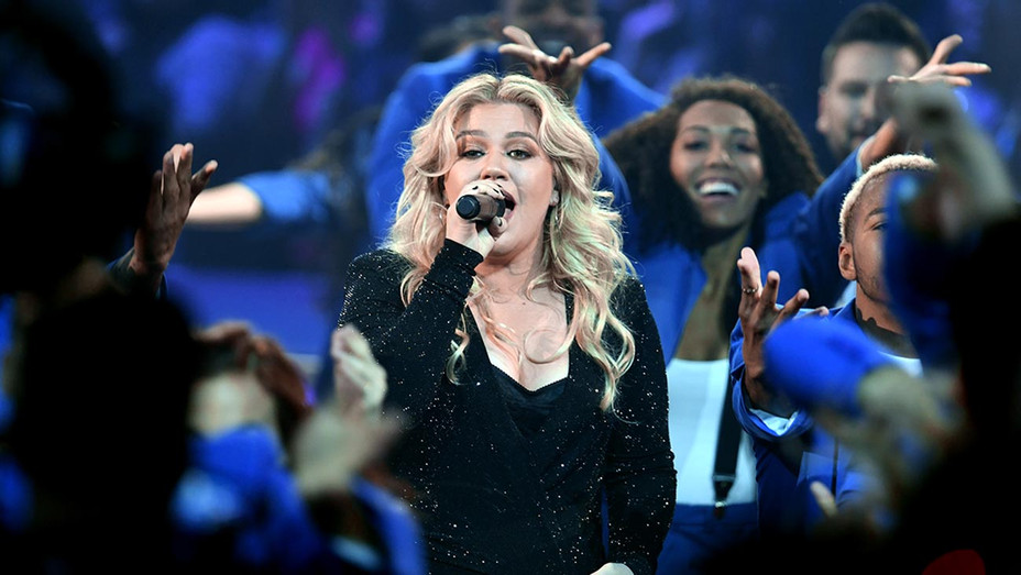 Host Kelly Clarkson performs onstage during the 2019 Billboard Music Awards 1-Getty-H 2019